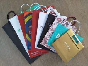 Sacolas para lojas com diversos tipos de papel e vários modelos de alças
